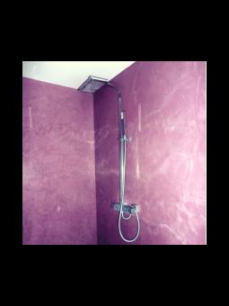 Douche à l'italienne en béton décoratif ciré